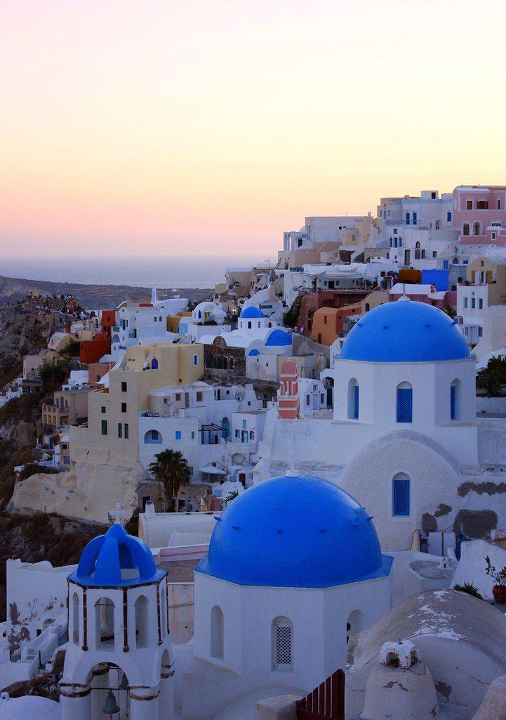 Hol szálljak meg Santorinin? - Oia a kék kupolás város.
