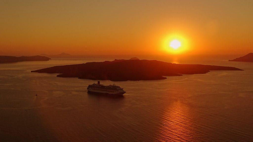 Hajó naplementében Santorini szigetén