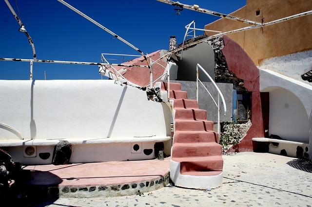 A nagy Santorini földrengésben megsérült épület Oiában.