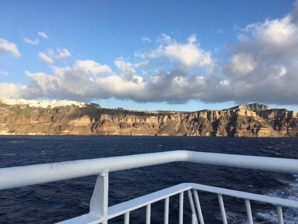 Santorini látnivalói: a kaldera hajóról nézve